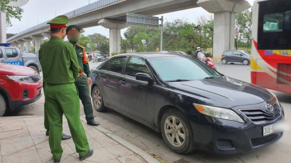 """Vụ tài xế ngủ trên ô tô Camry xưng là quân nhân tấn công CSGT: Liên tục đe doạ tại trụ sở CAP, gọi """"cứu viện"""" suốt 2 giờ - Ảnh 1."""