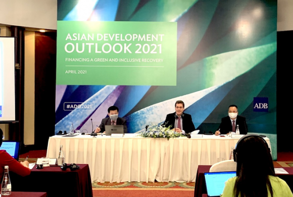 Việt Nam sẽ có 3 năm liên tiếp tăng trưởng cao nhất Đông Nam Á, việc vượt qua các cường quốc chỉ còn là vấn đề thời gian? - Ảnh 1.