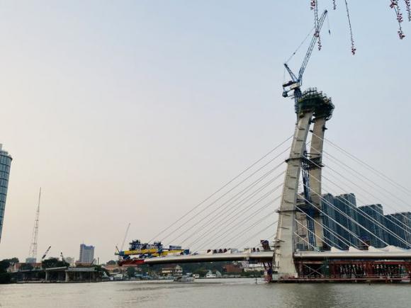 Cầu Thủ Thiêm 2 dang dở giữa sông Sài Gòn /// Ảnh: H.Mai