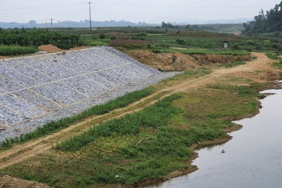 Kè chống sạt lở 48 tỉ đồng tại ven sông Ngàn Sâu (huyện Hương Khê, Hà Tĩnh) được xây dựng tại bãi bồi không bị sạt lở. Ảnh: Quang Đại