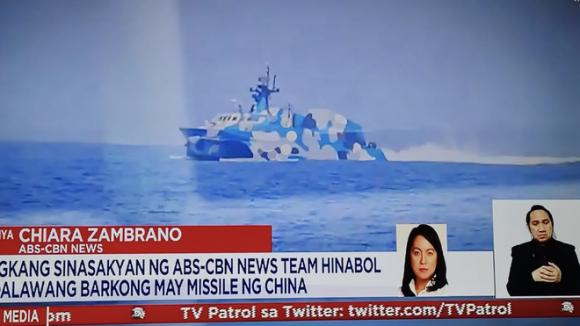 [NÓNG] Tàu tấn công Trung Quốc mang tên lửa dồn dập truy đuổi phóng viên Philippines trên biển Đông - Ảnh 1.