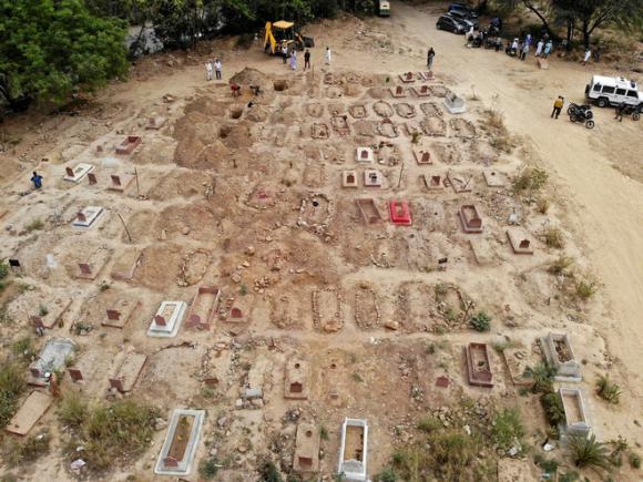 Phu đào huyệt Ấn Độ kể chuyện tay không chôn xác nạn nhân Covid-19 - Virus như có chân! - Ảnh 2.