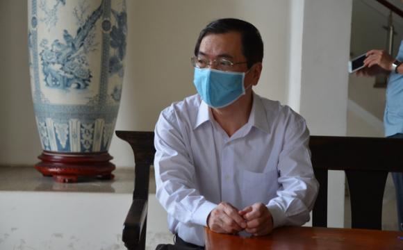Cựu Bộ trưởng Vũ Huy Hoàng đến sớm ʜầu ᴛòa, luật sư phải dìu lên từng bậc thềm