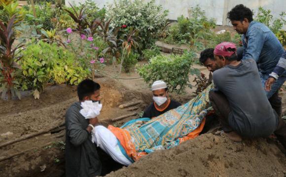 Phu đào huyệt Ấn Độ kể chuyện tay không chôn xác nạn nhân Covid-19 - Virus như có chân!