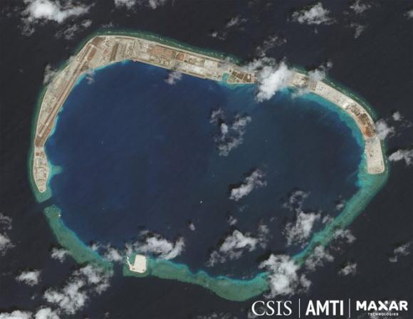 Trung Quốc đã bồi đắp biến đá Vành Khăn trong quần đảo Trường Sa thuộc chủ quyền Việt Nam thành đảo nhân tạo phi pháp /// AMTI/CSIS