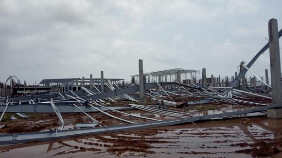 Nhà đầu tư Trung Quốc cho rằng thời tiết là nguyên nhân dẫn đến vụ đổ sập giàn thép /// Ảnh Lã Nghĩa Hiếu