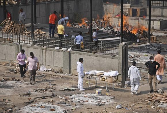 Một lò thiêu ở New Delhi, Ấn Độ quá tải vì các nạn nhân Covid-19 /// AFP