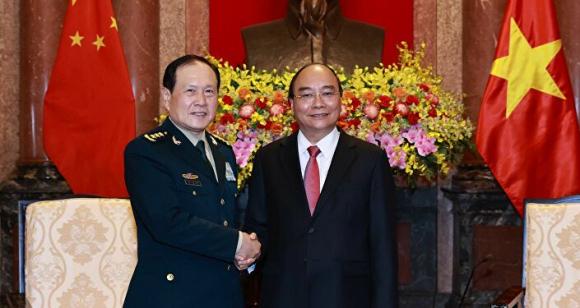 Chủ tịch nước Nguyễn Xuân Phúc tiếp Bộ Quốc pʜòng Trung Quốc Nguỵ Phượng Hoà.