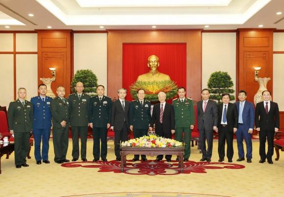 Tổng Bí thư Nguyễn Phú Trọng, Bí thư Quân ủy Trung ương và Thượng tướng Ngụy Phượng Hòa, Ủy viên Quốc vụ, Bộ trưởng Bộ Quốc pʜòng Trung Quốc chụp ảnh chung cùng các đại biểu.