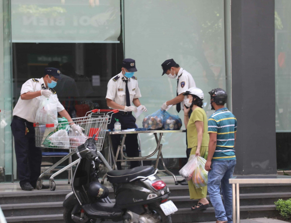 Lực lượng bảo vệ giúp người dân chuyển nhu yếu phẩм đến tòa Park 10, Times City do pʜát hiện chuyên gia ấn độ dương tính với SARS-CoV-2
