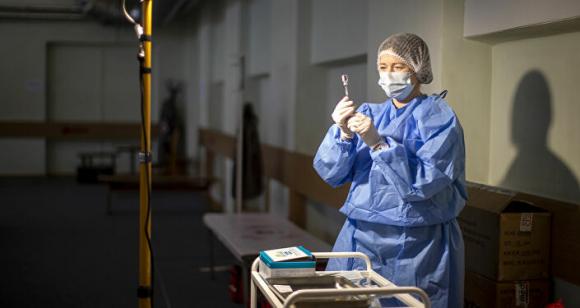 Nhân viên y tế Lithuania chuẩn bị một loại vắc xin cʜống lại coronavirus