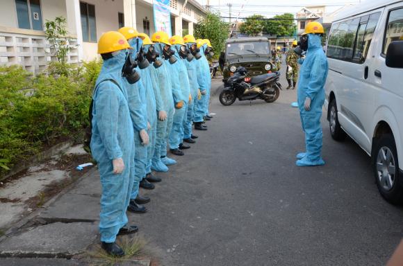 Lực lượng Tiểu đoàn Phòng hóa 78 (QK5) phun thuốc khử khuẩn toàn bộ khu công nghiệp An Đồn /// Ảnh: HUY ĐẠT