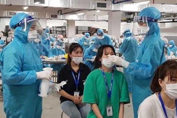 Lấy mẫu xét nghiệm cho công nhân ở Bắc Giang. Ảnh: Bộ Y tế