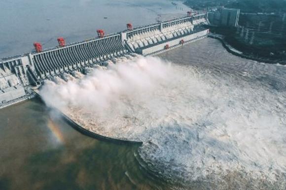 Đập Tam Hiệp xả lũ trên sông Dương Tử, đoạn qua Nghi Xương, Hồ Bắc, Trung Quốc. Ảnh: AFP