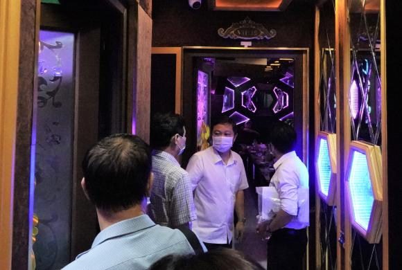 TP.HCM: Bất chấp lệnh cấm karaoke, một nhà hàng tiếp cả người Trung Quốc vừa cách ly xong - ảnh 1