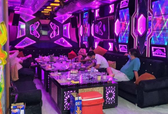 Một phòng hát karaoke đang có khách tại nhà hàng. /// Ảnh: Sỹ Đông
