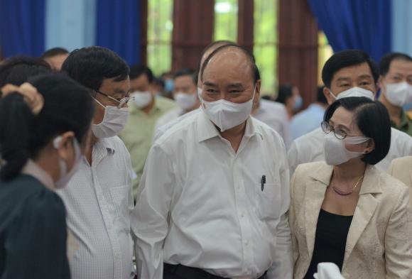 Chủ tịch nước Nguyễn Xuân Phúc trao đổi với cử ᴛri trước buổi tiếp xúc vận động bầu cử /// ẢNH: NGUYÊN VŨ
