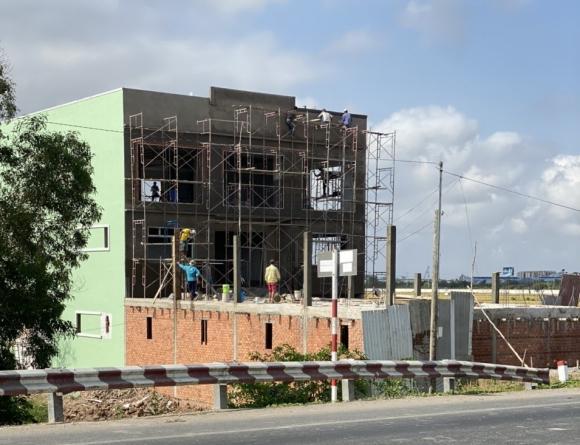 4 tháng sau khi có quyết định xử phạt, công trình được xây dựng gần như hoàn thiện, UBND Phường 8, Tp. Bạc Liêu mới tiến hành lập biên bản vi phạm lầm 2. Ảnh: Nhật Hồ