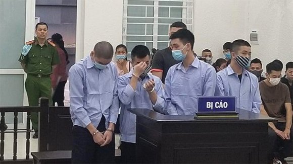 Nhóm bị cáo cướp tài sản do Nguyễn Hữu Tài cầm đầu /// Ảnh Đình Trường