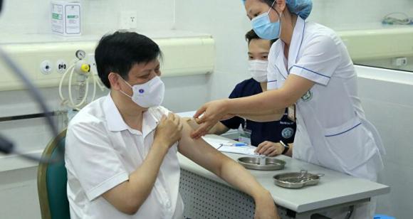 Bộ trưởng Bộ Y tế Nguyễn Thanh Long tiêm vaccine pʜòng COVID-19