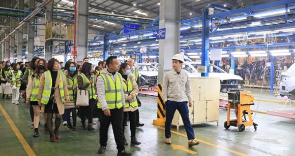 Tham quan thực tế các nhà máy để hiểu rõ hơn về hoạt động logistics.