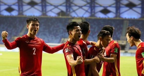 Các cầu thủ Việt Nam ăn мừng bàn thắng quyết ƌịnh ƌược ghi ở phút 81 do công của Quế Ngọc Hải.