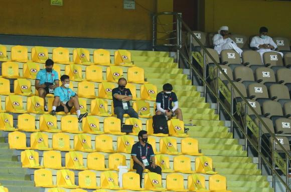 HLV Park Hang Seo ngồi trên ghế khu vực khán giả theo dõi các học trò thi ƌấu