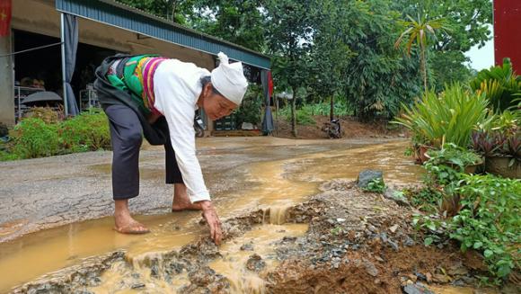 Đường 70 tỉ đồng chưa bàn giao đã nát bươm ở Thanh Hóa: Giải trình kì lạ của nhà thầu - Ảnh 1.