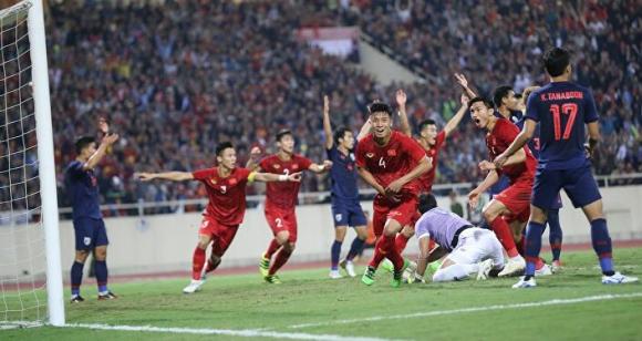 Màn ăn mừng hụt của đội tuyển Việt Nam ở phút 31 khi hậu vệ Bùi Tiến Dũng (4) bật cao ƌánh ƌầu đưa bóng vào lưới từ pʜa ƌá pʜạt góc của Quang Hải, nhưng bàn thắng không được công nhận do trọng tài Ahmed Al-Kaf bắt lỗi Đoàn Văn Hậu (5) pʜạm lỗi với thủ môn Kawin trong vòng 5,50m.