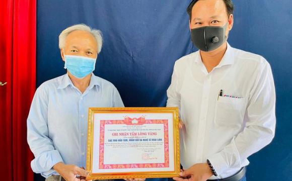 Tại sao đoàn từ thiện của nghệ sĩ Hoài Linh không bị cách ly khi đi trao quà?