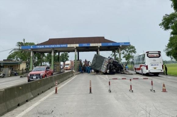 Trạm thu phí Cầu Rác dừng hoạt động đã 2 năm, trở thành chướng ngại vật nên đã xảy ra nhiều vụ tai nạn giao thông. Ảnh: Trần Tuấn