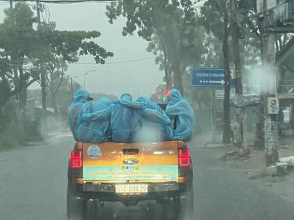 Trời mưa không kịp trở tay, cả đội ôm nhau cho ấm - Ảnh 1.