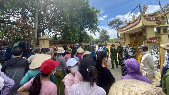 Người dân tới tiễn đưa binh nhì Trần Đức Đô về nơi an nghỉ cuối cùng /// Ảnh Trần Cường