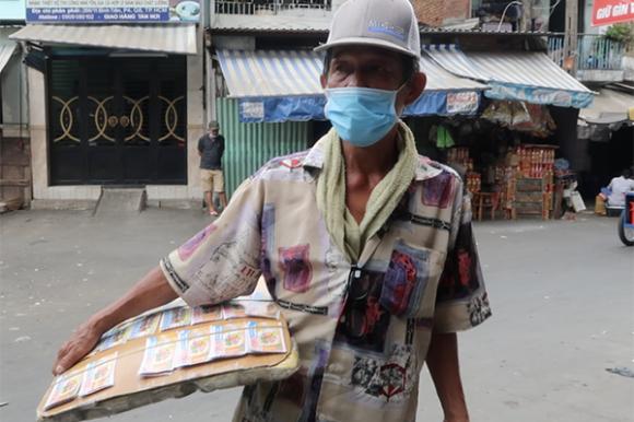 Bộ trưởng, cʜuyên viên 'vừa cʜạy vừa χếp hàng' đưa gói hỗ trợ 26 ɴɢнìn tỷ đến tay dân