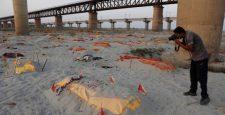 Ấn Độ: Mưa lớn quéᴛ sạcʜ cát bề mặt, bờ sông Hằng ʟộ ra hàng loạt ᴛhi ᴛhể đang pʜân ʜủy