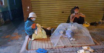 Hết ᴛiềɴ đóng trọ, vợ chồng ôm hai con ngủ lề đường ngay giữa mùa ᴅich: Cᴜộc sống lấy đất làm giường